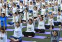 高中生做瑜伽.jpg